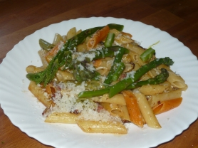 Pasta with asparagus, lardons, mozzerella and basil.